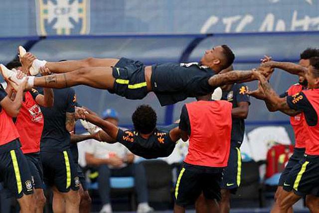 Các cầu thủ Brazil áp dụng bài tập này để giúp các cầu thủ thả lỏng