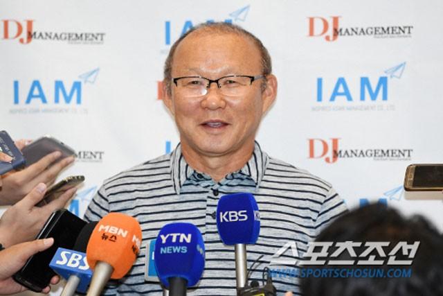 HLV Park Hang-seo trả lời phỏng vấn.