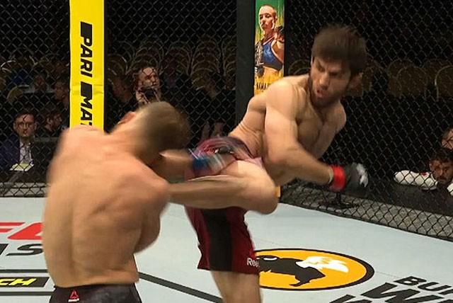 Magomed Mustafaev ra đòn hạ gục đối thủ.