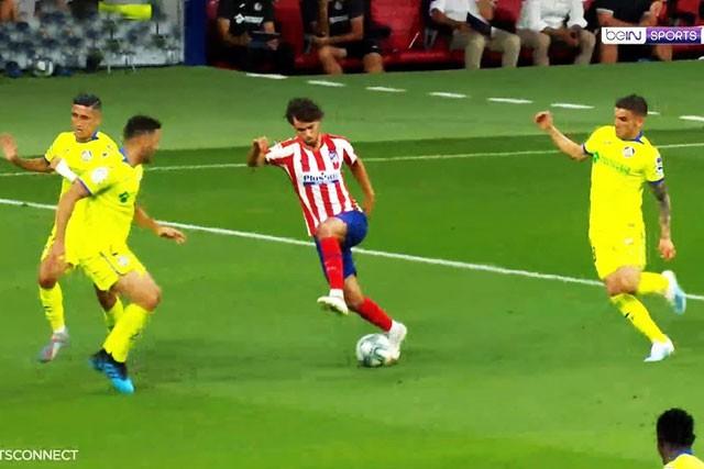 Felix khiến 3 cầu thủ Getafe vất vả theo kèm.