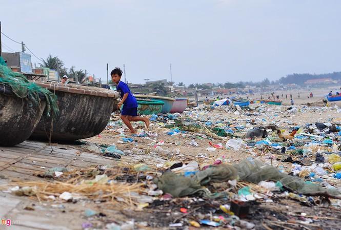Bờ biển đẹp trở thành bãi chứa hàng tấn rác thải
