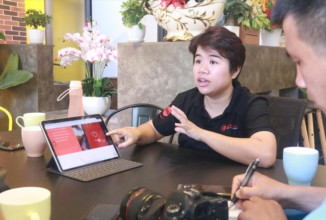 Trần Hạnh Trang giới thiệu về ứng dụng Kuuho đang được cơ quan chức năng TP Đà Nẵng thí điểm triển khai Ảnh: Nguyễn Thành
