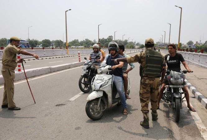 An ninh Ấn Độ tại một địa điểm kiểm tra ở Jammu, tháng ngày 5/8/2019  Ảnh: Reuters