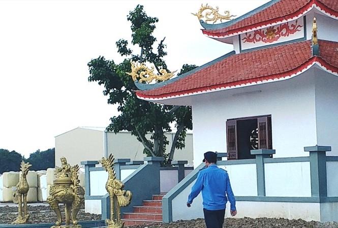 Ngôi đền được xây dựng trái phép trong đất khu công nghiệp. Ảnh: Ngọc Văn