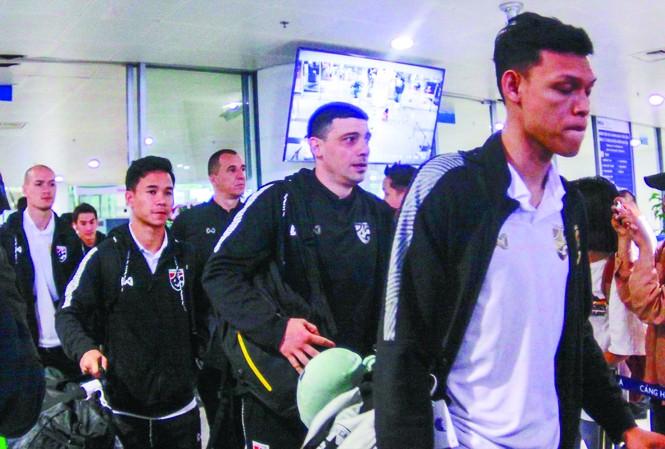 Các cầu thủ Thái Lan đặt chân tới Hà Nội trong tâm trạng không tốt sau khi để thua Malaysia ảnh: DUY PHẠM