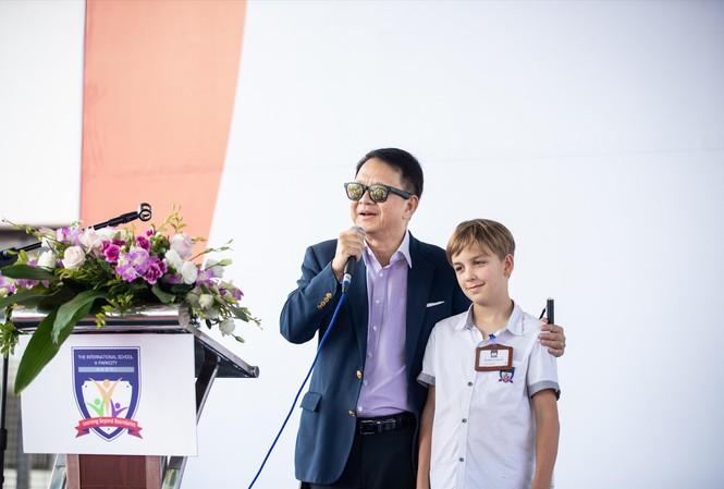 Ông Phạm Đức Trung Kiên và học sinh Trường Quốc tế ParkCity Hanoi Ảnh: ISPH