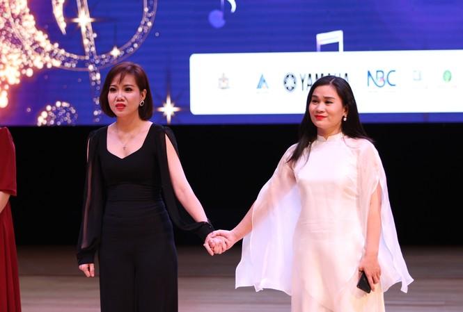 Khánh Ngọc và Tố Loan nắm chặt tay nhau trong thời khắc công bố giải thưởng Ảnh: Nguyễn Mạnh Hà