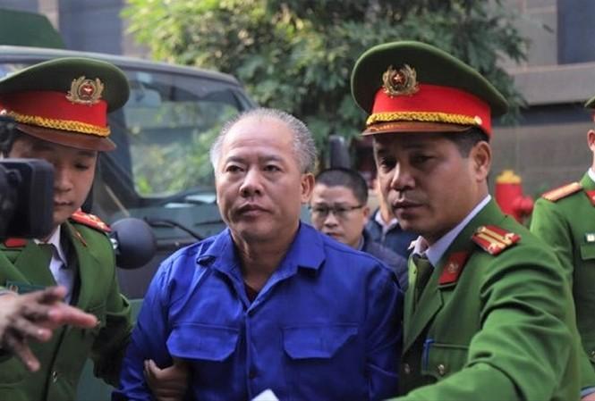 Nguyễn Văn Đông bị áp giải tới tòa