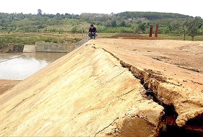 Những vết nứt dài xuất hiện trên công trình thủy lợi Nút Riêng