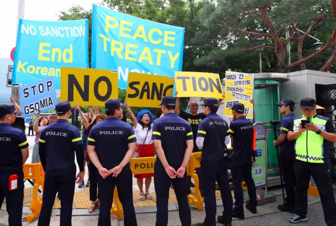 Người biểu tình ở Seoul ngày 17/12 kêu gọi Mỹ dỡ bỏ các biện pháp trừng phạt Triều Tiên Ảnh: EPA
