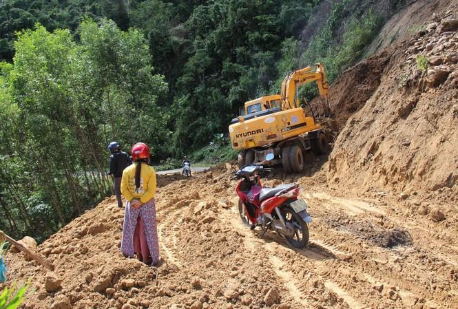 Để rút được tiền lương trong thẻ, cán bộ viên chức, nhân viên ở huyện miền núi Sơn Tây nhiều khi phải vượt qua những con đường thế này Ảnh: Nguyễn Ngọc