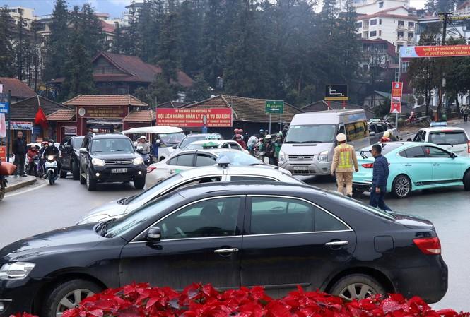 Lực lượng cảnh sát giao thông có mặt để phân luồng, song tình trạng ùn tắc, lộn xộn vẫn kéo dài ở khu vực vào đường Thác Bạc  Ảnh: Bình Minh