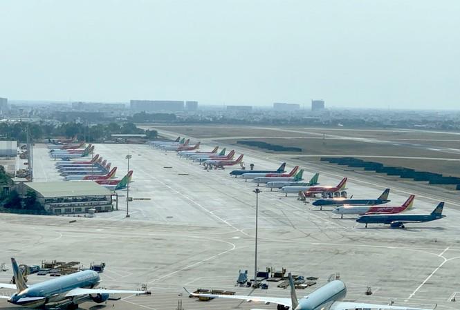 """Sân bay Tân Sơn Nhất chật kín tàu bay """"đắp chiếu"""""""