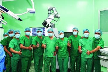 Cả ê kíp phẫu thuật vui mừng sau khi ca mổ đầu tiên bằng robot Modus V Synaptive thành công. Ảnh: Bệnh viện Nhân dân 115