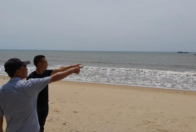 Theo ước tính của người dân việc khai thác cát khiến nước biển đã ăn sâu vào bờ 40-50m, chiều dài khoảng 3km