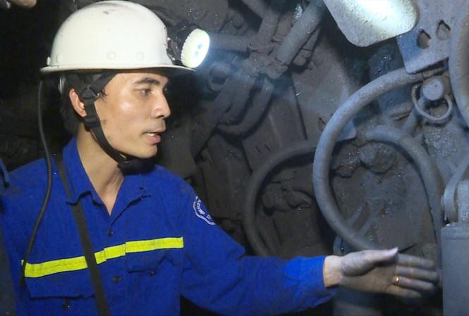 Kỹ sư Nguyễn Văn Hiền xuống các hầm lò tìm kiếm các giải pháp cải tiến kỹ thuật Ảnh: NVCC