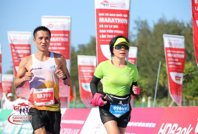 Chị Cao Nguyệt Hằng trên đường về đích tại Tiền Phong Marathon ở Lý Sơn ảnh: NHƯ Ý