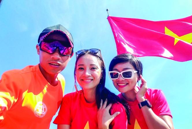 MC Liên Phạm (tóc ngắn) tranh thủ chụp ảnh với lá cờ Tổ Quốc trước khi làm lễ Thượng Cờ