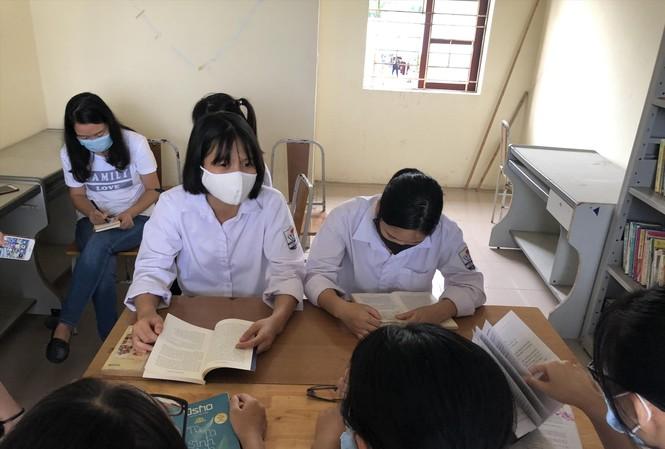 Ngày một nhiều học sinh trường THPT Tiên Du số 1 đến CLB sách và hành động tìm sách để đọc Ảnh: PV