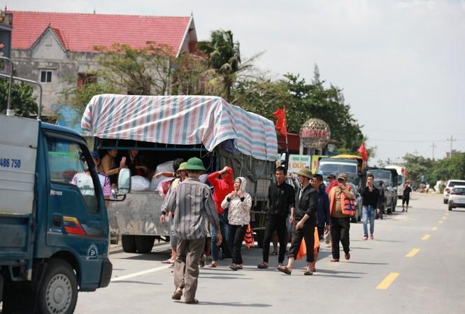 Những đoàn xe rồng rắn vận chuyển hàng cứu trợ vào vùng lũ Ảnh: Minh Đức
