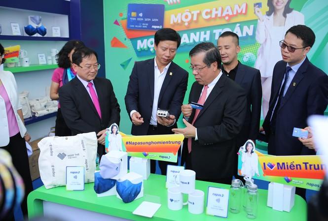 Ông Nguyễn Kim Anh, Phó Thống đốc Ngân hàng Nhà nước trải nghiệm công nghệ thanh toán tiên tiến tại Sóng Festival
