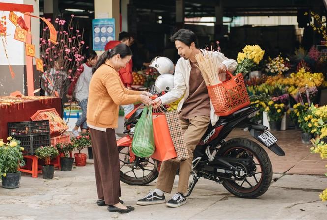 Xe máy mới là nhân vật chủ đạotrong MV của Đen Vâu và Justa Tee