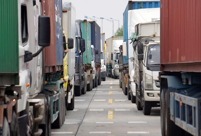 Hàng trăm xe tải, container xếp hàng trên cao tốc Hà Nội - Hải Phòng để khai báo y tế Ảnh: Nguyễn Hoàn