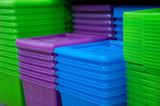 Dùng lò vi sóng hâm thức ăn đựng trong hộp nhựa rất có hại cho sức khỏe trẻ em.
