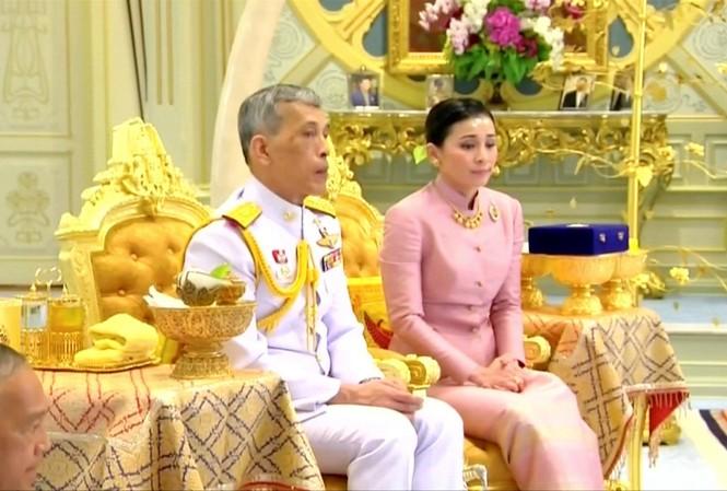 Nhà vua đã kết hôn với hoàng hậu Suthida ngày 1/5, ba ngày trước lễ đăng quang.