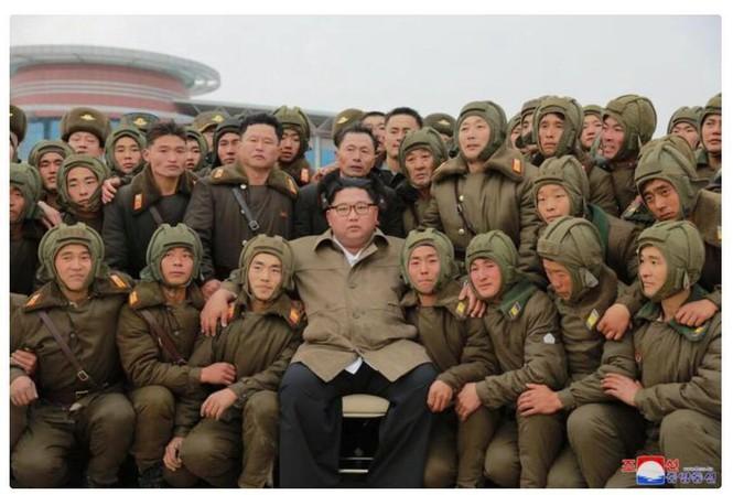 Ông Kim Jong-un trong vòng vây các phi công Triều Tiên.