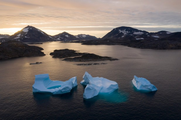 Những khối băng trên sông Greenland tan nhanh khi mặt trời lên.