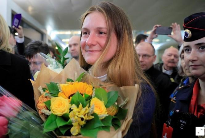 Điệp viên Maria Butina được trả tự do và được  tặng hoa trong vòng vây người đón tại sân bay quốc tế Sheremetyevo, ngoại ô Moscow ngày 26/10 vừa qua. .