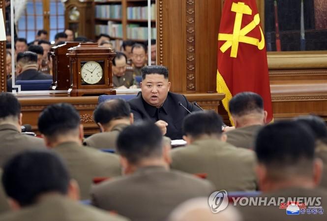 Nhà lãnh đạo Triều Tiên Kim Jong-un chủ trì cuộc họp về tăng cường khả năng quân sự ngày 22/12.