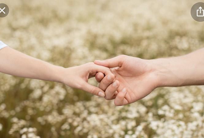 Đôi khi chỉ một cái nắm tay của bạn làm cho cô ấy thấy rằng bạn quan tâm tới cô ấy và cô ấy muốn bạn.