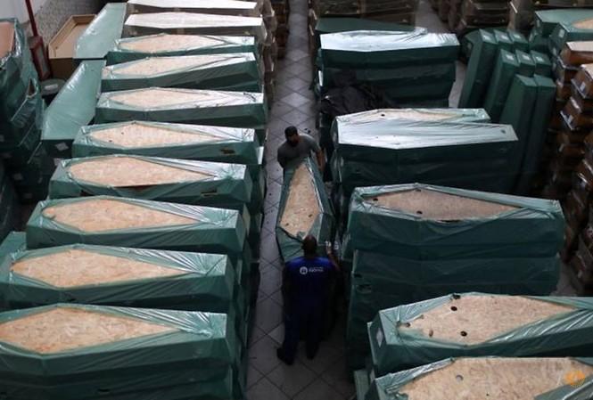 Quan tài người chết vì COVID-19 đặt la liệt trong nhà xác tại thủ đô của Brazil.