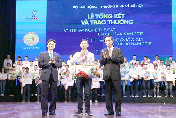 Phó Thủ tướng Vũ Đức Đam dự và trao thưởng cho các thí sinh đạt kết quả xuất sắc thi nghề. Ảnh: Mạnh Dũng.