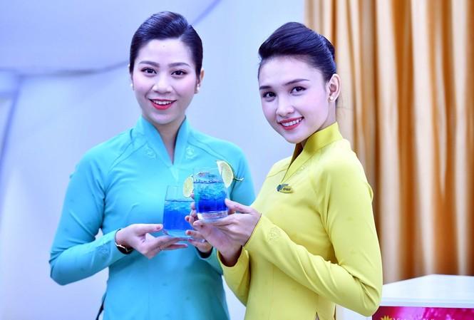 Các tiếp viên Vietnam Airlines hào hứng tự tay pha chế các loại cocktail mới.