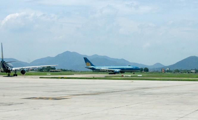 Đường băng 1B sân bay Nội Bài (Hà Nội) tiếp tục xuống cấp, đứng trước nguy cơ đóng cửa.