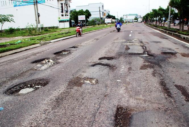 Đoạn BOT QL1 qua Bình Định mới sử dụng đã 3 năm đã xuống cấp nghiêm trọng.