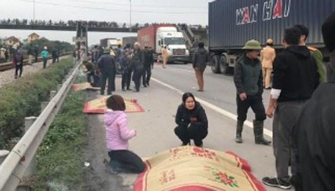 Hiện trường vụ xe khách đâm vào đoàn người đi viếng nghĩa trang ở Hải Dương hôm 21/1 vừa qua.