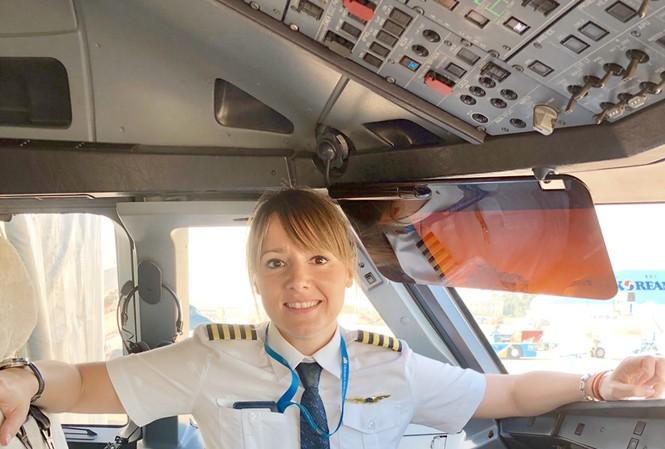Angela Diaz Lopez sinh ra tại thủ đô Madrid (Tây Ban Nha) và hiện là nữ cơ trưởng tàu bay Airbus A321 của Vietnam Airlines.