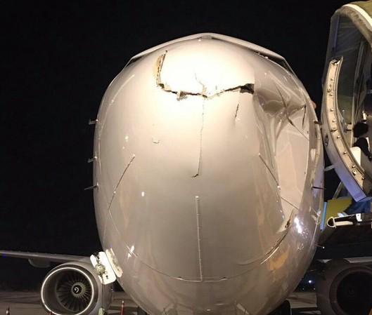 Tàu bay Boeing 737 của hãng hàng không T'way Air (Hàn Quốc) móp đầu khi tiếp cận hạ cánh xuống sân bay Tân Sơn Nhất do va phải vật thể chưa xác định.
