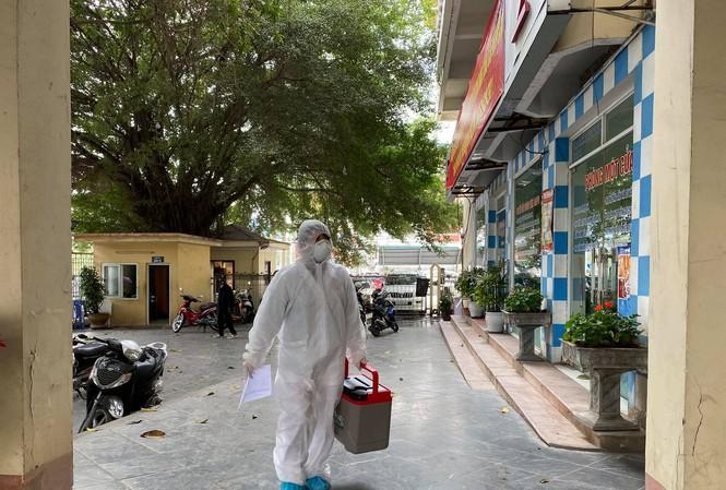 Sáng 28/1. nhân viên CDC Quảng Ninh mang mẫu xét nghiệm SARS-CoV-2 về Trung tâm CDC để làm xét nghiệm. Ảnh: Thuận Phương