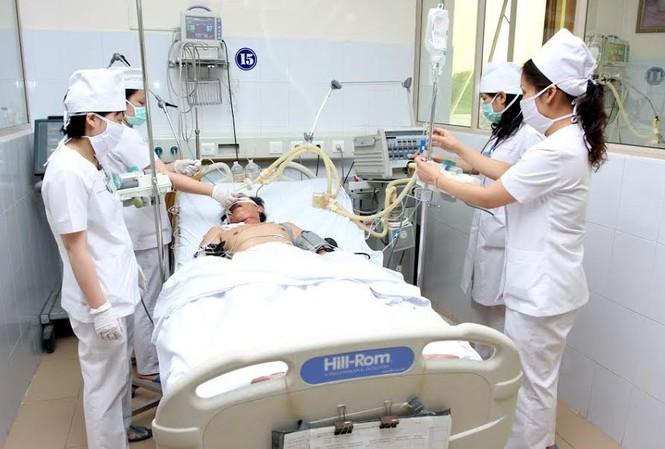 Bác sĩ, kỹ thuật viên theo dõi liên tục áp lực nội soi ở bệnh nhân đột quỵ não cấp