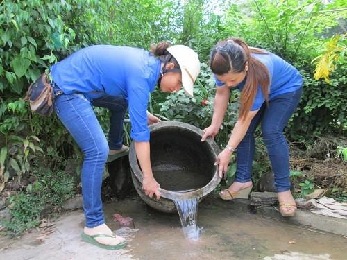 Thanh niên tình nguyện giúp các hộ dân diệt bọ gậy nhằm giảm nhanh mật độ muỗi và bọ gậy truyền bệnh. Ảnh: Internet