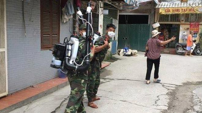 Phun thuốc muỗi tại khu dân cư 11, phường Láng Thượng sáng 14/8. Ảnh: Nhi Nguyễn