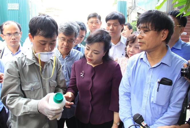 Sáng 20/8, Bộ trưởng Bộ Y tế đi thị sát công tác phòng chống dịch SXH tại phường Thụy Khuê, Hà Nội.