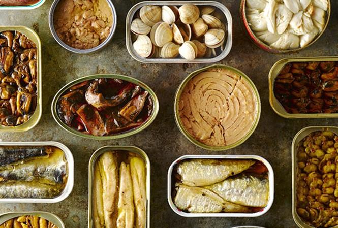 Các thực phẩm chế biến sẵn: thịt đóng hộp, các đóng hộp, hambuger, thịt nguội, xúc xích, thịt xông khói, v.v.... người bị ung thư đều không nên ăn. Ảnh minh hoạ: Internet