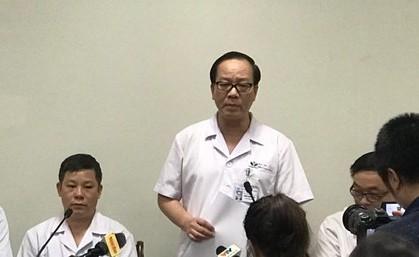 PGS.TS Trần Minh Điển, Phó Giám đốc Bệnh viện Nhi T.Ư thông báo tình hình sức khỏe của bé trai 3 tuổi bị bỏ quên trên xe đưa đón. Ảnh: Thái Hà