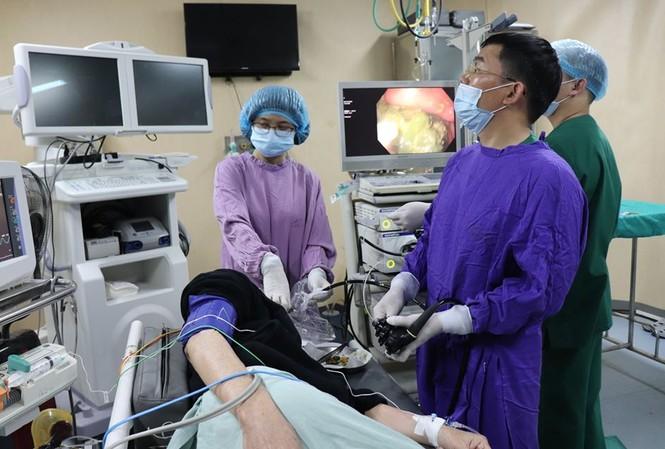 Các bác sỹ đang thực hiện ca nội soi gắp bã thức ăn trong dạ dày bệnh nhân. Ảnh: Bệnh viện cung cấp.